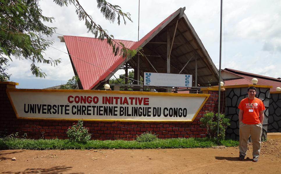 Ben Lowe em frente à Université Chrétienne Bilingue du Congo