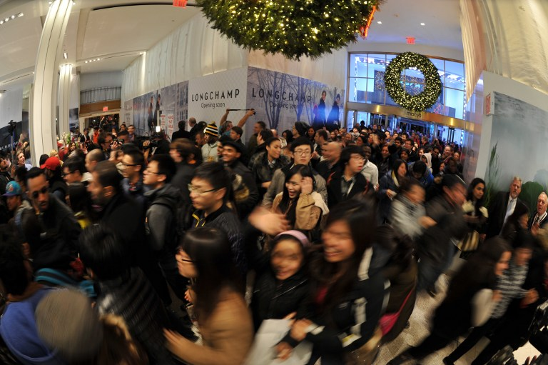 People rushing into a department store on Black Friday at midnight (photo by AFP Press / Stan Honda / Diariocritico de Venezuela, CC BY)