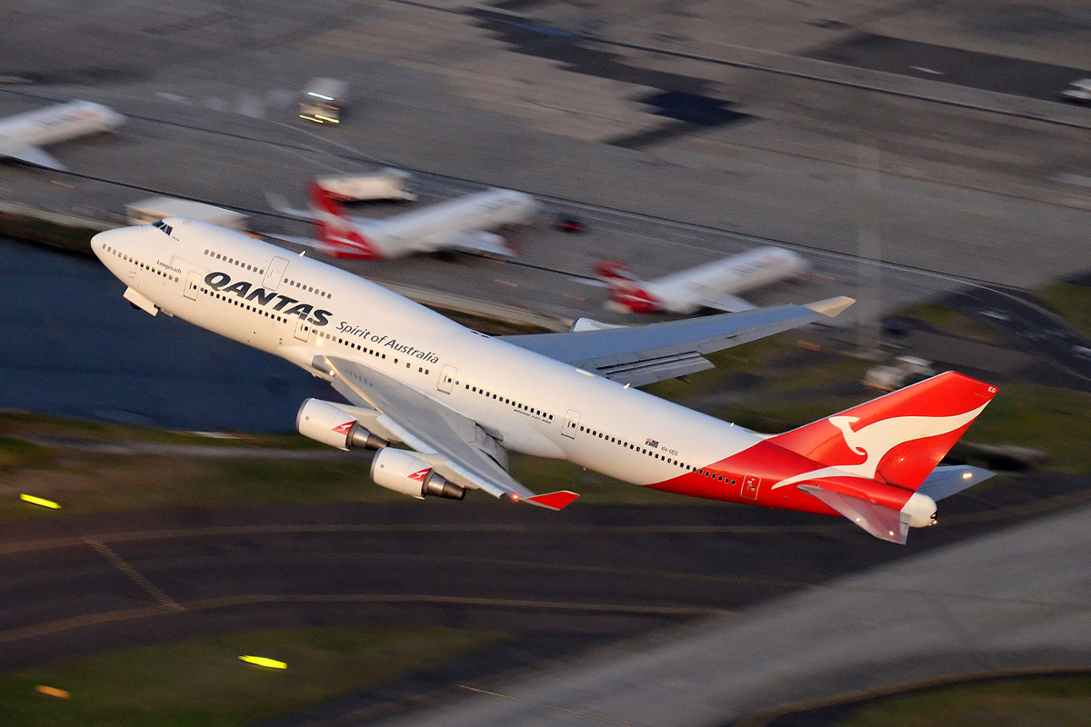 Qantas Boeing 747-400 taking off at Sydney Airport, by Damien Aiello (licence CC-BY-SA-4.0)